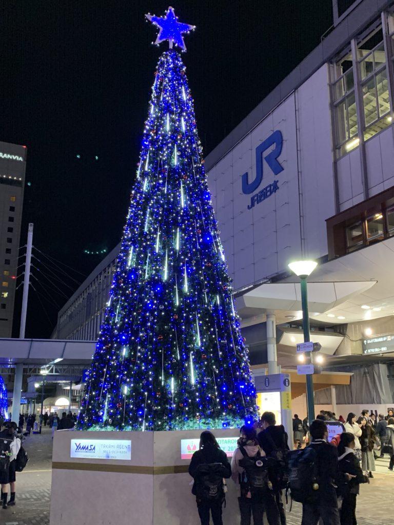 岡山駅前のイルミネーション ツリー青