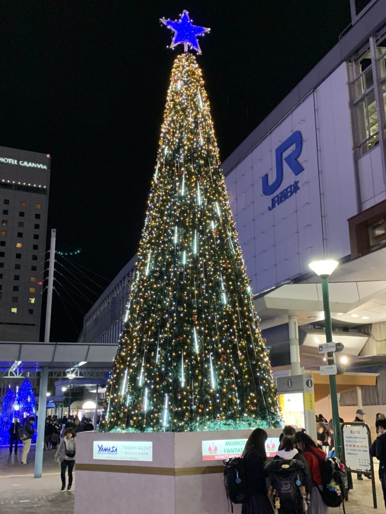 岡山駅前のイルミネーション ツリー黄